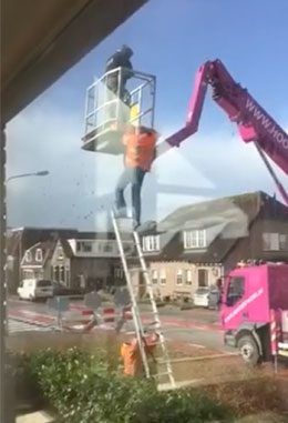 How not to get down from a cherry picker!